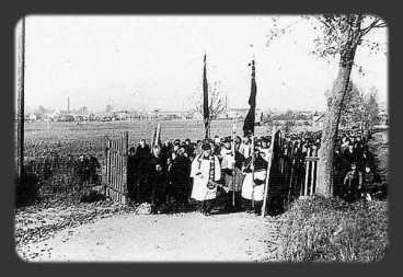 11. Procesja zalobna w bramie cmentarza